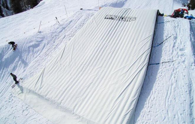 Bagjump snowboard ski landing airbag