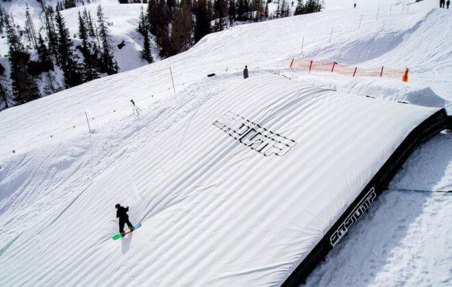 Bagjump snowboard landing airbag